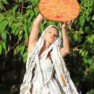 Czcicielka lasów deszczowych, performance, San Miguel, Leyte, Filipiny, 2012.
